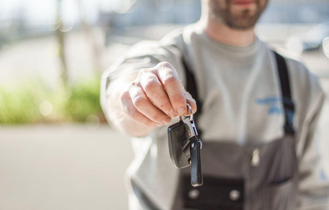 mężczyzna podający kluczyki