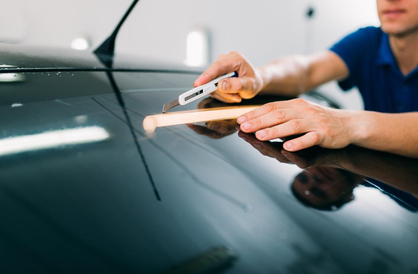 Zakładanie folii samochodowej